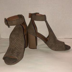 NWOT Universal Thread Perforated Heels Sz 7.5